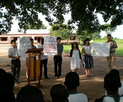 Frivillige på menneskerettighetsprosjektet i Ghana gir opplæring innen sosiale rettigheter i en landsby i Ghana