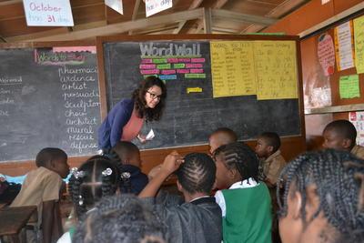 En frivillig snakker med en skoleklasse om deres rettigheter