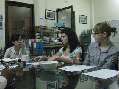 Frivillige som jobber på kontoret på menneskerettighetsprosjektet i Kambodsja