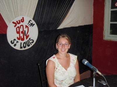 Jussfrivillige i Senegal snakker om menneskerettigheter i et radioprogram