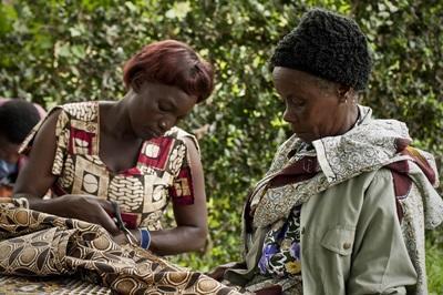 Lokal dame i en landsby i Tanzania