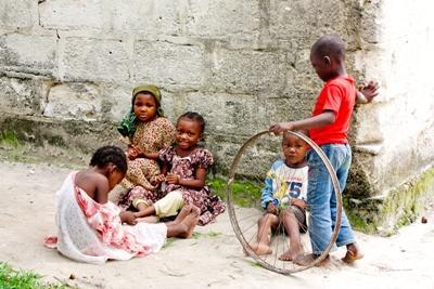 Frivillige jobber med lokale barn på menneskerettighetsprosjektet i Tanzania