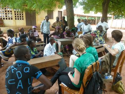 Frivillige på menneskerettigheter i Togo besøker en lokal skole for å fortelle om barns rettigheter