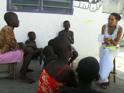 Frivillige på menneskerettighetsprosjektet gir opplæring til barn i Togo