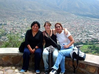 Frivillige som ser ut over den lokale byen fra et utsiktspunkt i Bolivia