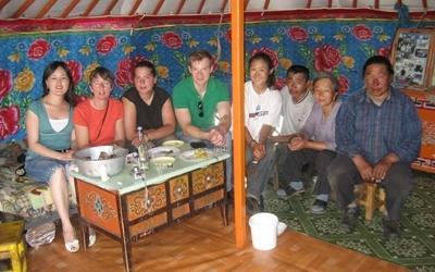 Frivillige og nomader i et telt på nomadeprosjektet i Mongolia, Asia