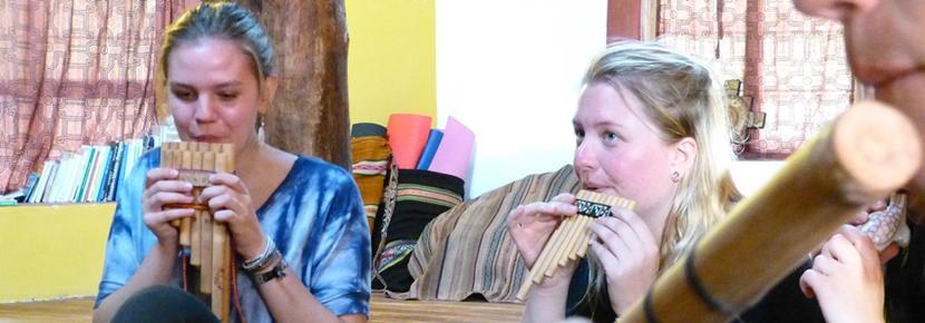 Projects Abroad-frivllige lærer å spille tradisjonelle instrumenter på Kultur & samfunn-prosjektet i Peru
