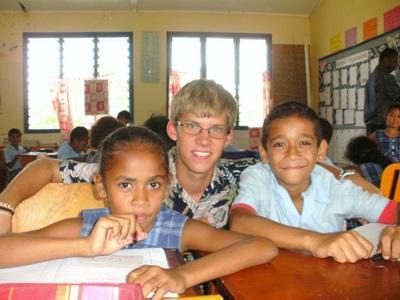 Frivillige sammen med studenter på en skole på Fiji