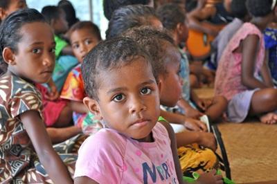 Frivillig arbeid med barn i lokale landsbyer på kultur- og samfunnprosjektet på Fiji