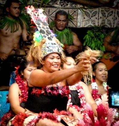 Lokale menn og kvinner pyntet med blomster på en seremoni på Samoa