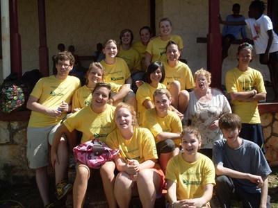 En gruppe med frivillige på kultur- og samfunnprosjektet på Jamaica
