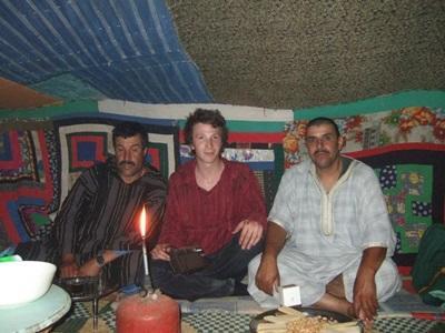 Frivillig som blir kjent med nomadekulturen i Marokko