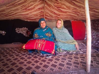En frivillig sammen med vertsmoren sin inne i teltet til nomadefamilien i Marokko