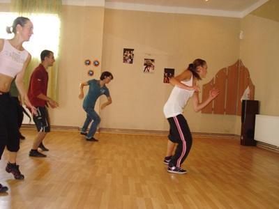Frivillig i Romania som underviser en danseklasse på danseprosjektet