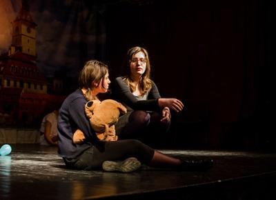 To rumenske studenter på scenen under en forestilling i Romania