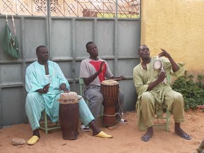 Lokale spiller trommer på musikkprosjektet i Senegal