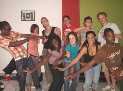 Frivillige i en reggaedanstime på musikkprosjektet på Jamaica