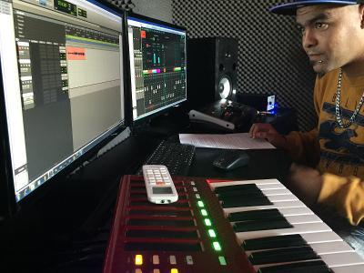 Frivillig sitter ved pc og mikser lys i musikkstudio i Sør-Afrika
