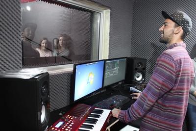 Frivillig gjør vokalopptak av sangere i lydstudio på musikkprosjekt i Sør-Afrika