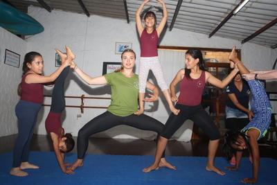 Frivillig lager en pyramide sammen med ungdommer på prosjektet skapende kunst i Ecuador
