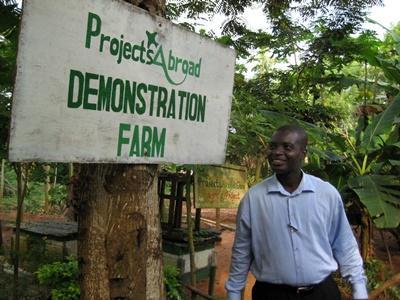 Ansatte som viser fram demonstrasjonsgården som er laget med Projects Abroad i Ghana