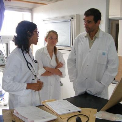 Frivillig får veiledning av sykehusansatt på et Barsel- og fødeavdelingprosjekt i Marokkon
