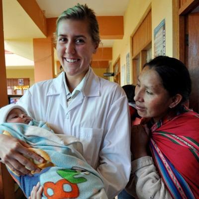Frivillig sammen med mor og barn på et sykehus på barsel- og fødeavdelingprosjektet i Peru
