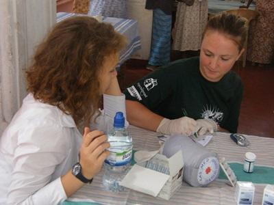 Frivillig jobber med sykehusansatt på et Barsel- og fødeavdelingprosjekt på Sri Lanka