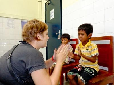 Frivillig som leker på ergoterapiprosjektet i Kambodsja