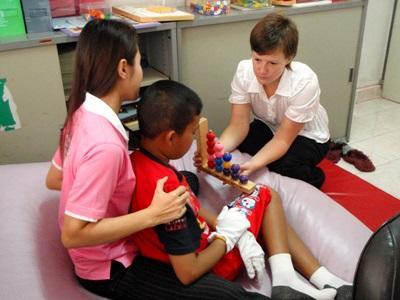 Frivillig på ergoterapiprosjektet i Kambodsja gjør aktiviteter med barn