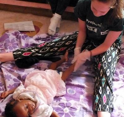 Ergoterapistudenter jobber med unge barn i Kenya