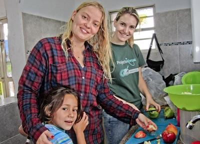 Frivillig på jobb i Latin-Amerika som lager en sunn fruktsalat på plasseringen sin