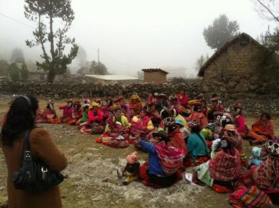 Studenter på ernæringsprosjektet i Peru gjennomfører feltarbeid i et landlig bondesamfunn
