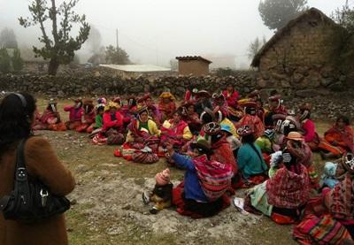 Frivillige besøker et lokalsamfunn i de peruanske fjellene for å gi opplæring innen sunn mat og livsstil