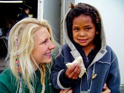 Frivillig jente sammen med et lokalt barn i Sør-Afrika
