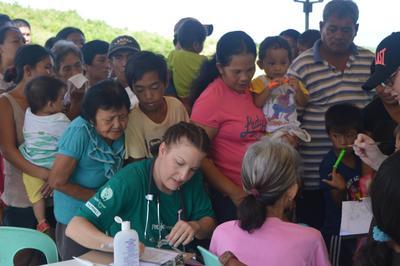 En frivillig samler inn parientdata på oppsøkende medisinsk arbeid