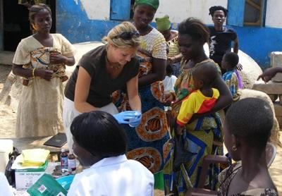 Frivillig på folkehelseprosjektet i Ghana som jobber med barn i en landsby