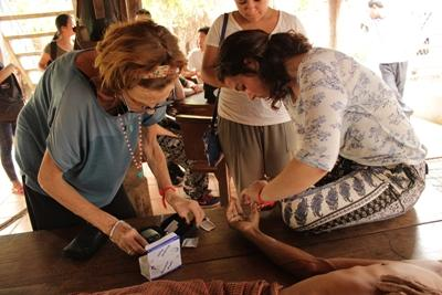 Projects Abroad frivillige hjelper lokale innbyggere på folkehelseprosjektet på øya Koh Dach i Kambodsja