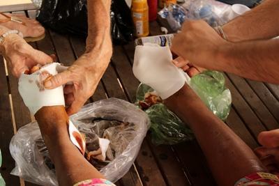 Frivillige hjelper lokale på folkehelseprosjekt øya Phnom Pehn i Kambosja
