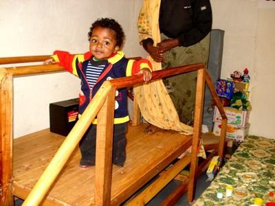 Barn trener på å gå med hjelp av frivillige på fysioterapiprosjektet i Etiopia