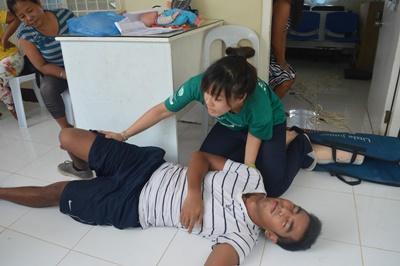 En Projects Abroad-frivillige på fysioterapi gir behandling til en pasient på Filippinene