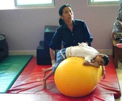 Frivillig observerer lokalt ansatt på et Fysioterapiprosjekt i Kambodsja
