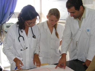 Frivillige rådfører seg med lokalt ansatte på fysioterapiprosjektet i Marokko