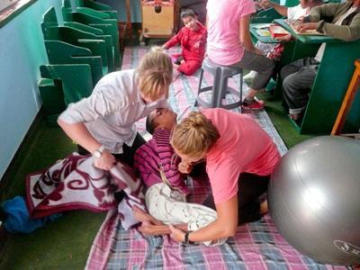 Frivillige som jobber med funksjonshemmede barn på en klinikk på fysioterapiprosjektet i Nepal