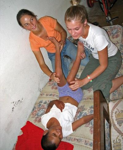 Medisinfrivillige jobber med ansatte for å hjelpe et barn i Bolivia