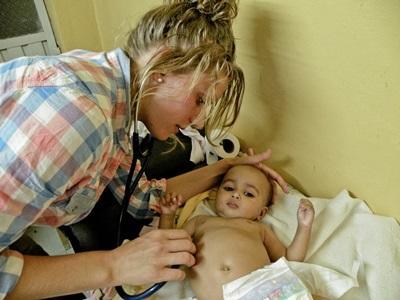 Medisinstudent i Etiopia sjekker hjerterytmen til et barn på sykehuset
