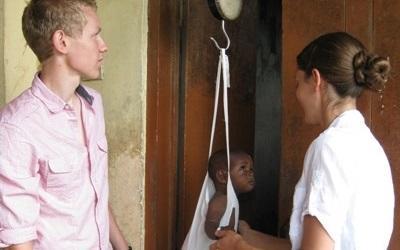 Mannlig frivillig undersøker gutt på medisinprosjekt på Ghana