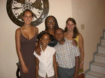 Frivillig sammen med vertsfamilien sin på Jamaica med Projects Abroad