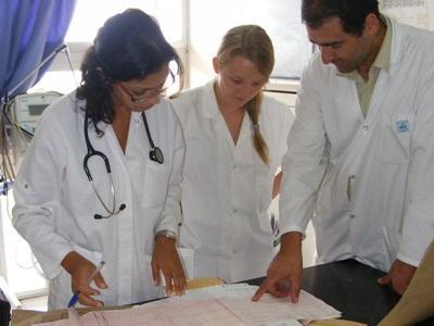Frivillige på medisinprosjektet i Marokko jobber på et sykehus sammen med lokalt ansatte