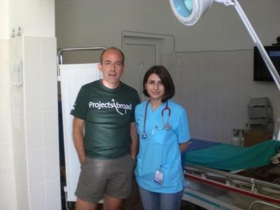 Frivillig med lokalt ansatt på et sykehus på medisinprosjektet i Romania